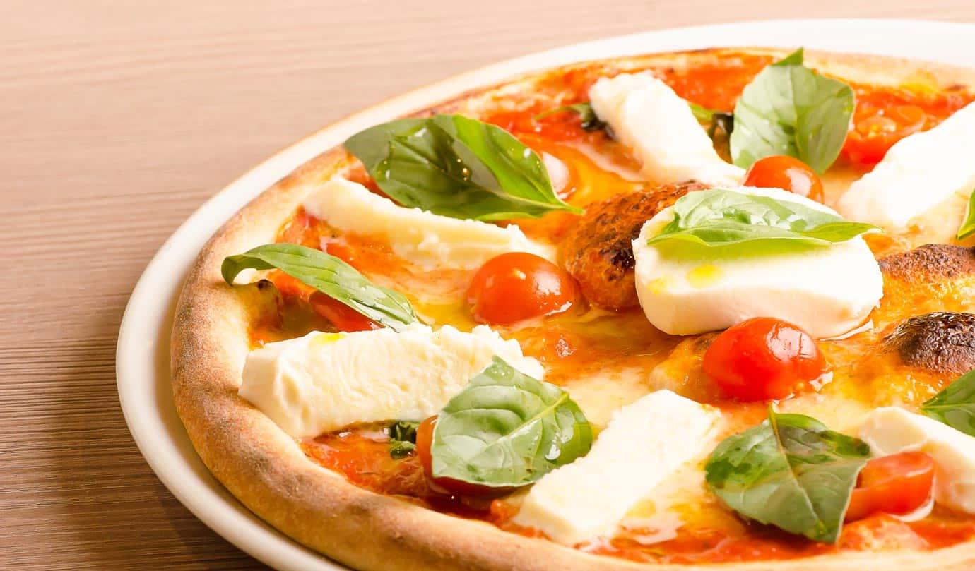 Pizza Mozzarella und Tomaten